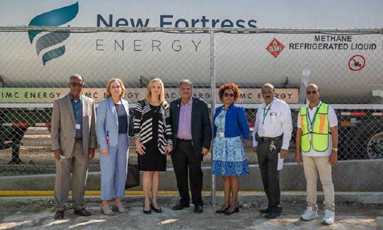 La sous-secrétaire d'État adjointe, Cynthia Kierscht et les propriétaires de Les Entreprises Plastech Haïti S.A. et Plastech Solutions S.A.