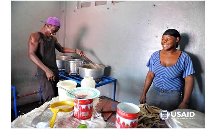 Les propriétaires de petites entreprises dans le nord d'Haïti sont représentés ici avec leur nouveau poêle à GPL SWITCH, soutenu par l'USAID. Copyright Maggie Moore/USAID