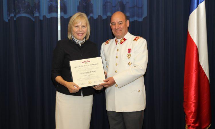 Embajadora de EE.UU. entrega prestigioso reconocimiento a General del Ejército de Chile