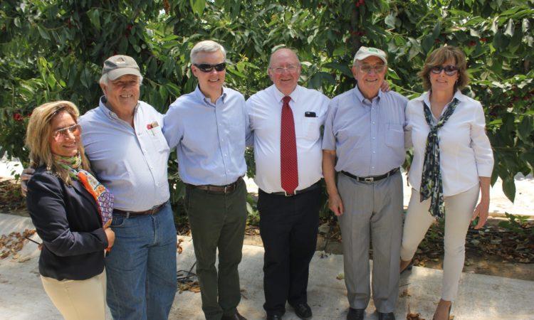Ministro Consejero Baxter Hunt visita huertos y packing de cerezos en Rancagua