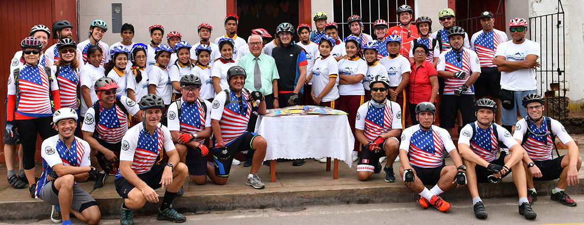 Embajador Krishna Urs recorre en bicicleta Cañete y Chincha