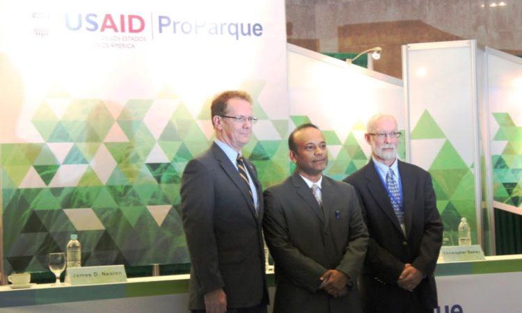 El Embajador Nealon junto al Ministro de Recursos Naturales y Ambiente José Antonio Galdámez y al Director de USAID/ProParque Christopher Seeley durante la ceremonia de clausura del programa ProParque. (Foto de USAID/Honduras)