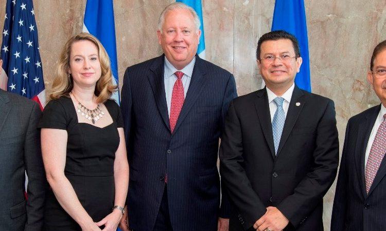 Representantes de los gobiernos de los EE. UU., El Salvador, Guatemala y Honduras después del Diálogo de Alto Nivel realizado el 19 de octubre de 2016 en Washington, DC. (Foto del Depto. de Estado)
