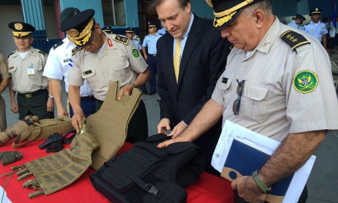 El Ministro Consejero Interino Stewart Tuttle y oficiales de las Fuerzas Armadas de Honduras revisan parte del equipo donado por los Estados Unidos. (Foto del Depto. de Estado)