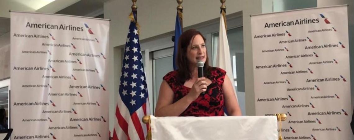 Encargada de Negocios Heide Fulton ofreciendo palabras en ceremonia de lanzamiento de nueva ruta a Dallas de American Airlines. (Foto de la Embajada de los EE. UU. en Honduras)