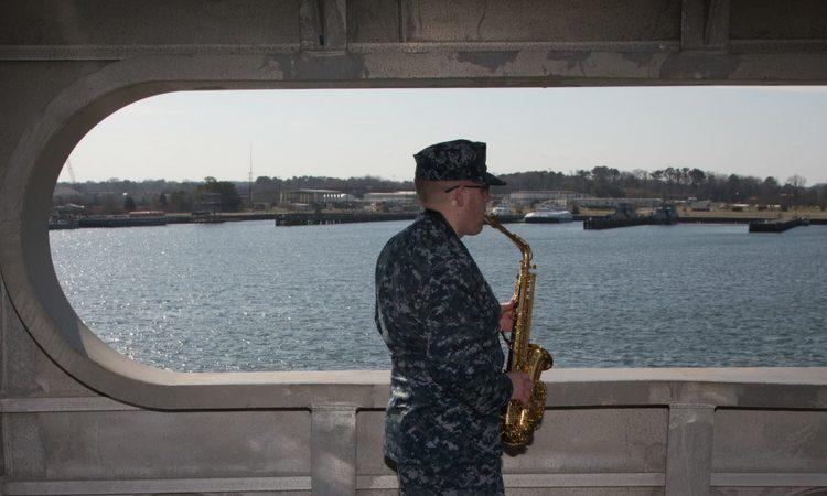 El músico Kent Grover de Idaho Falls, Idaho practica con su saxofón en el buque USNS Spearhead durante el pre despliegue de la misión Promesa Continua 2018. (Foto del Ejército de EE. UU. de Brandon Best)