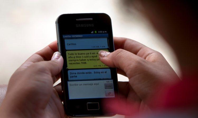 Enviando un SMS (AP image)