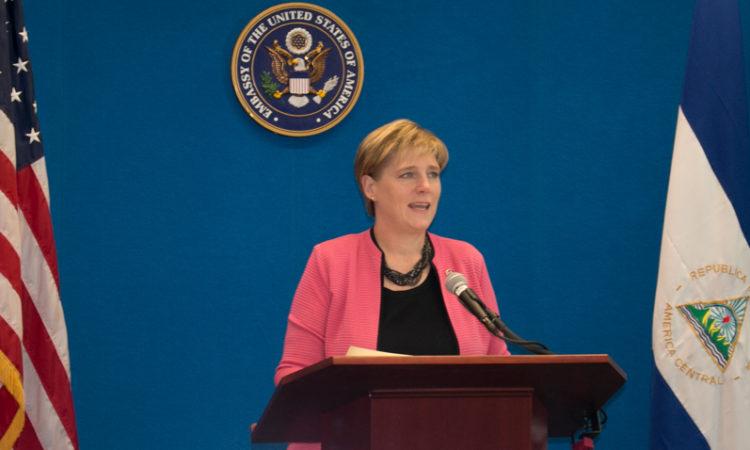 La Embajadora Dogu tras el podio hablando