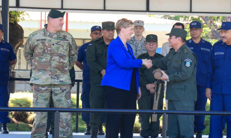 Embajadora Dogu entregando donación a General Zepeda