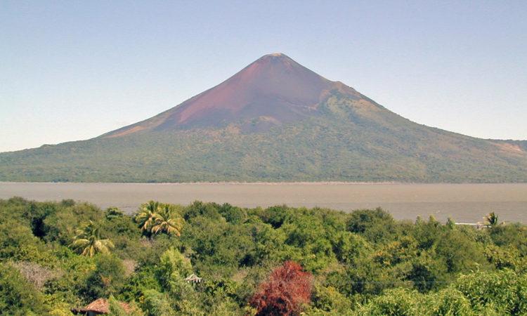 volcán desde la orilla opuesta del lago