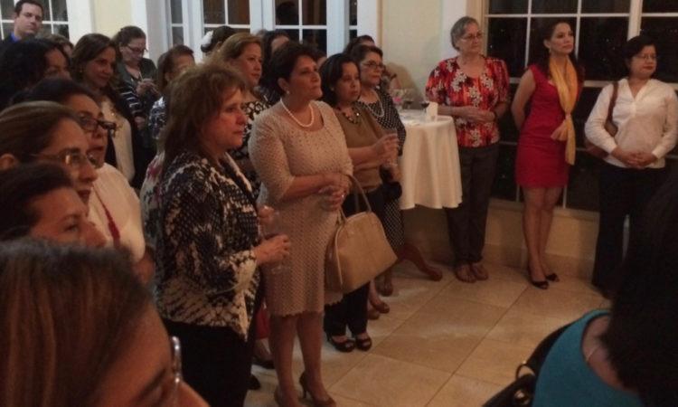 invitados de la recepción escuchando las palabras de la Embajadora