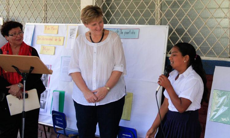 Embajadora junto a una joven estudiante