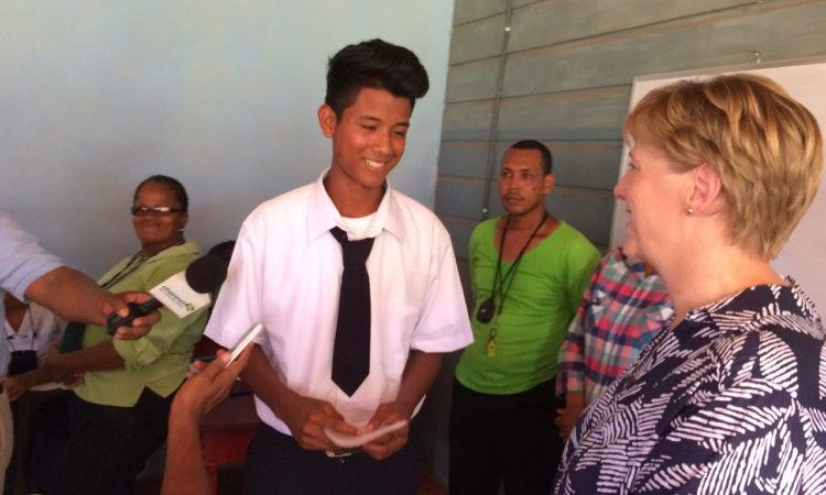 Embajadora con un joven estudiante