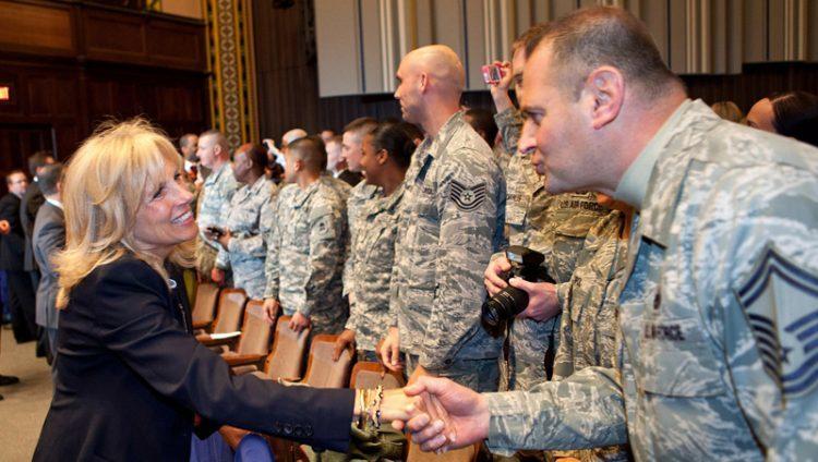 Dra. Jill Biden saludando a las tropas del ejército de EEUU