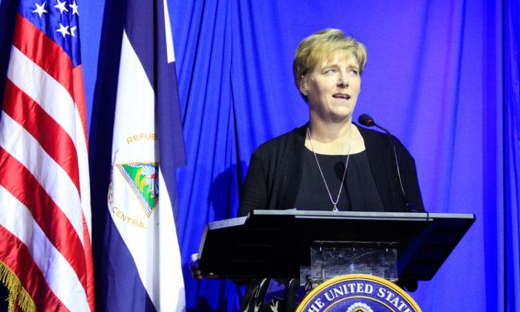 La Embajadora Dogu tras el podio durante su discurso