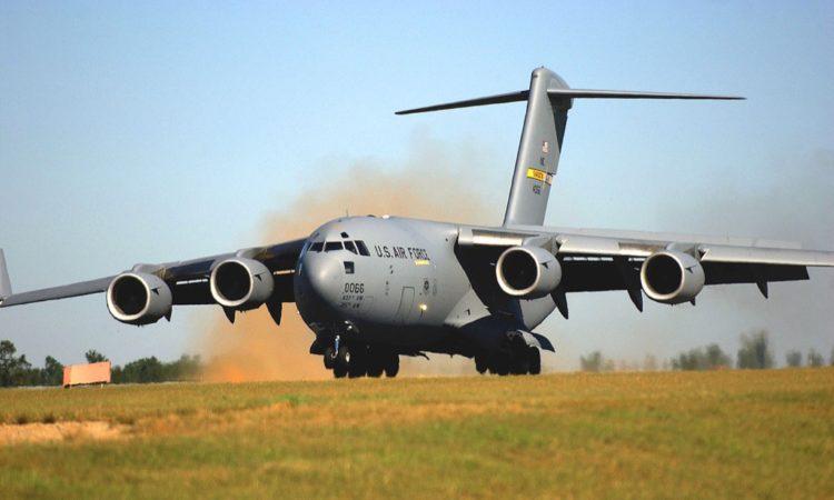 avión militar aterriza en una pista de tierra