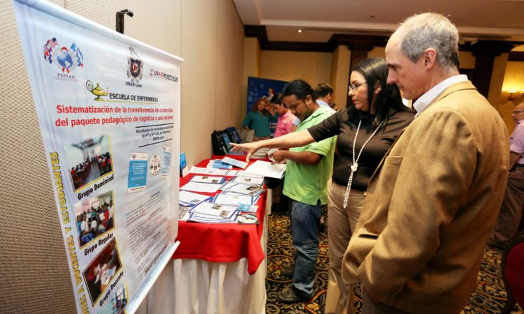 Director de USAID recorre los stands