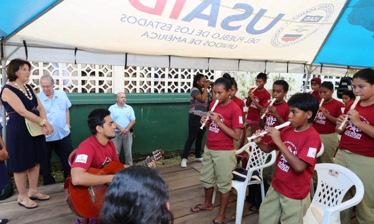 Ministra Consejera, Marta Youth visita proyecto Educación para el Exito