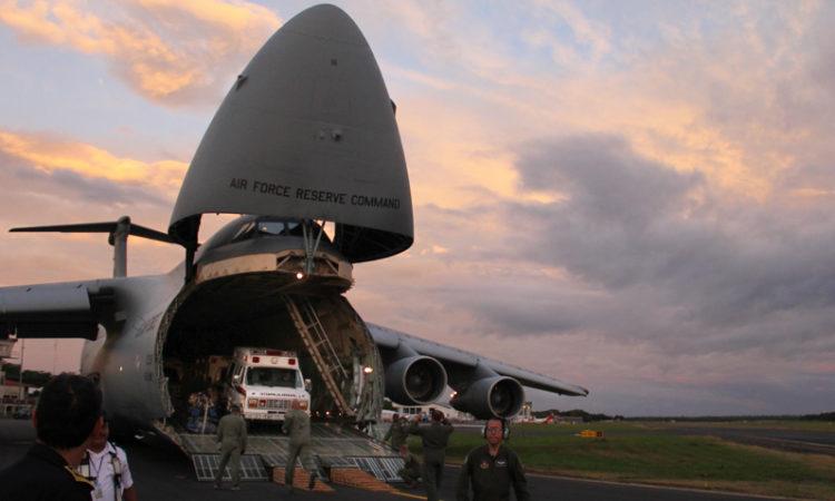 Una ambulancia donada sale del avión de transporte