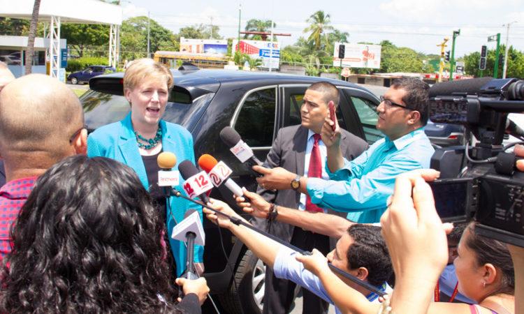 La Embajadora habla con periodistas