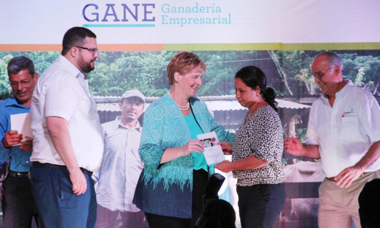La Embajadora durante la ceremonia de cierre del programa GANE