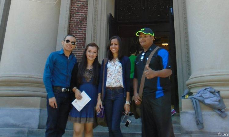 jóvenes posan para una foto de grupo en la entrada de un edificio