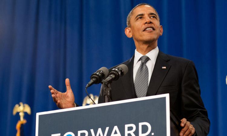 Presidente Obama tras el podio durante un discurso