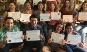 foto de grupo, estudiantes posan con sus diplomas