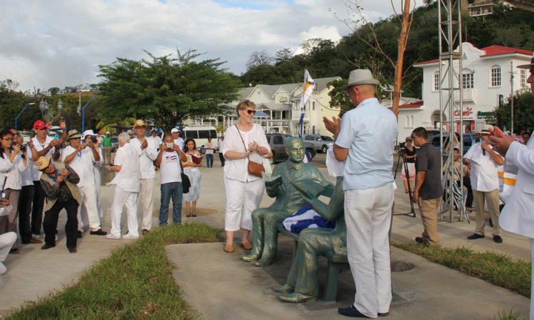 Embajadora aplaude junto a las esculturas de Darío y Twain sentadas en una banca