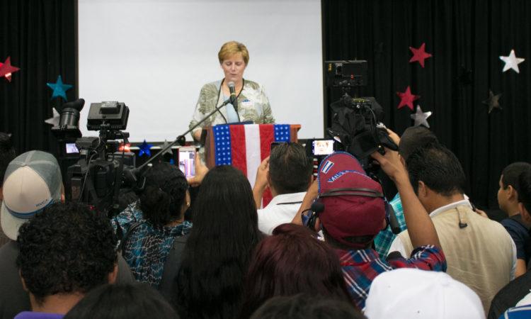 Embajadora Dogu tras el podio durante un discurso