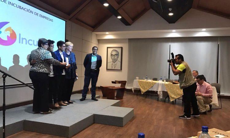 La Embajada posa con los ganadores de la competencia