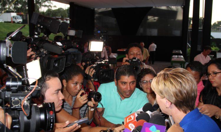 Embajadora Dogu rodeada de hombres y mujeres periodistas algunos portando micrófonos y otros cámaras