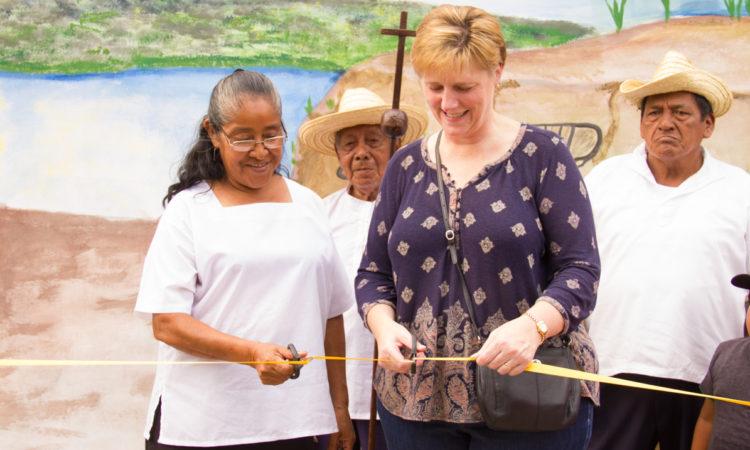 La Embajadora corta la cinta junto a miembro de Alcaldía de Vara de Monimbó