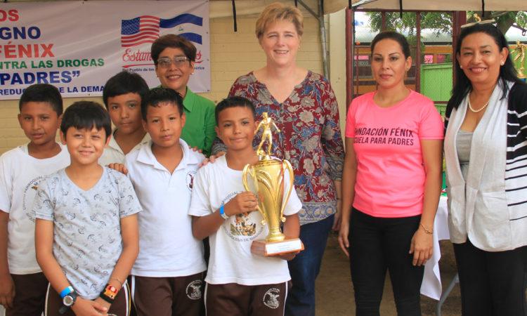 La Embajadora posa para una foto de grupo con estudiantes