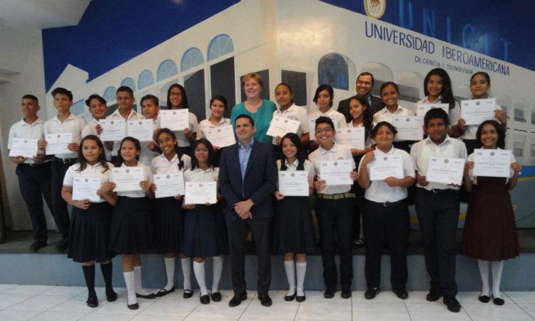 foto de grupo. La Embajadora rodeada de 47 jóvenes uniformados