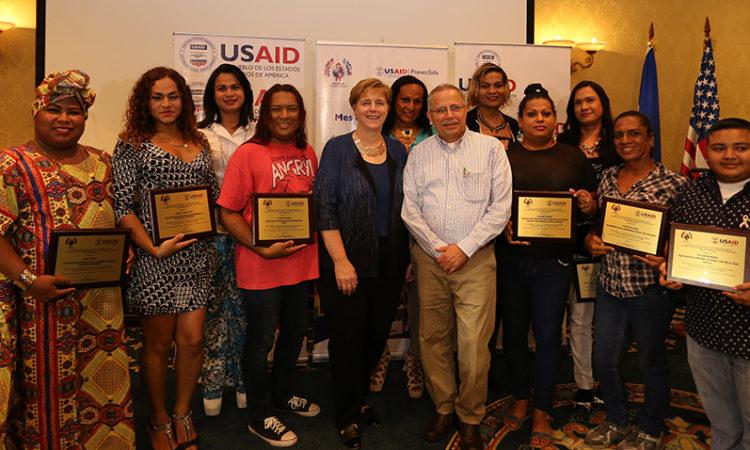 Foto de grupo: La Embajadora junto a miembros de la comunidad LGBTI