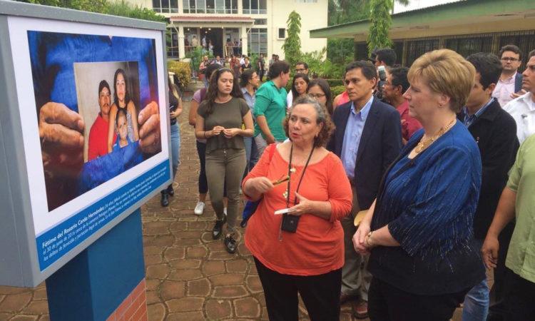 La Embajadora recorre la exposición junto a su autora y rodeada de gente