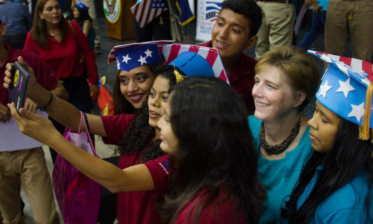 La Embajadora se toma fotos con los estudiantes