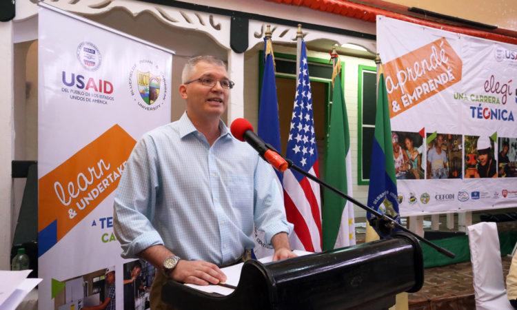 El Ministro Consejero, Chad Cummins durante su discurso