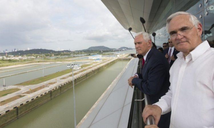 El Vicepresidente Pence se asoma sobre las esclusas del canal de Panamá