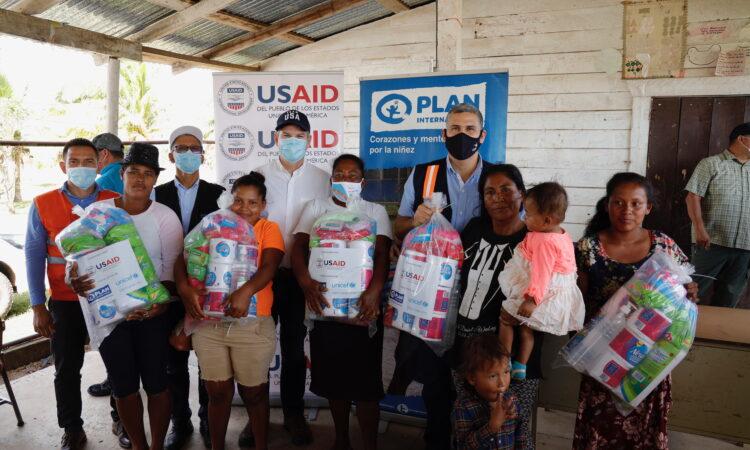 Foto de grupo con algunos beneficiados