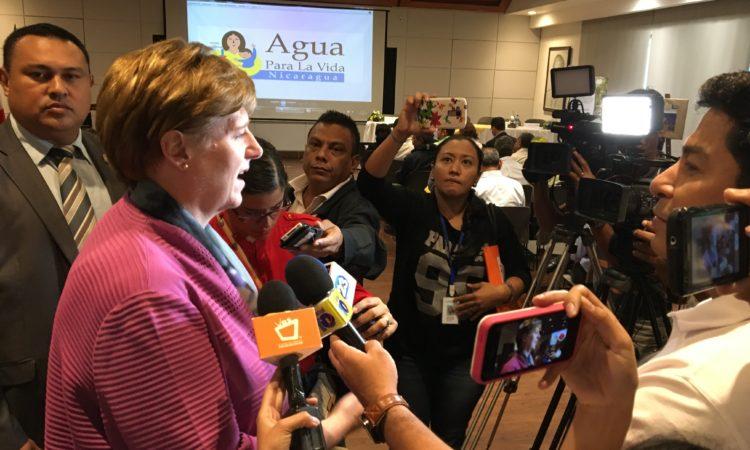 La Embajadora conversa con periodistas