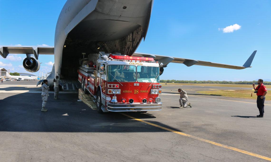 camión de bomberos saliendo del avión