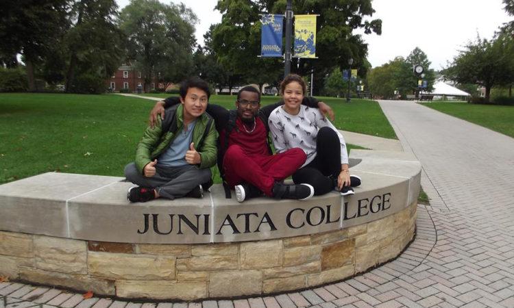 3 jóvenes estudiantes