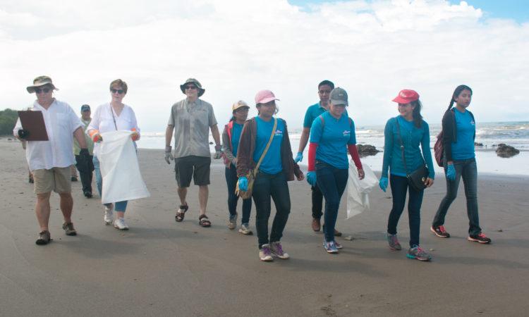 La Embajadora caminando en la costa junto a jóvenes estudiantes, funcionarios de la embajada