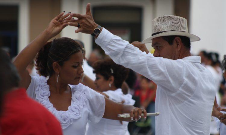 Hombre y Mujer en trajes típicos de pueblos hispanos bailando