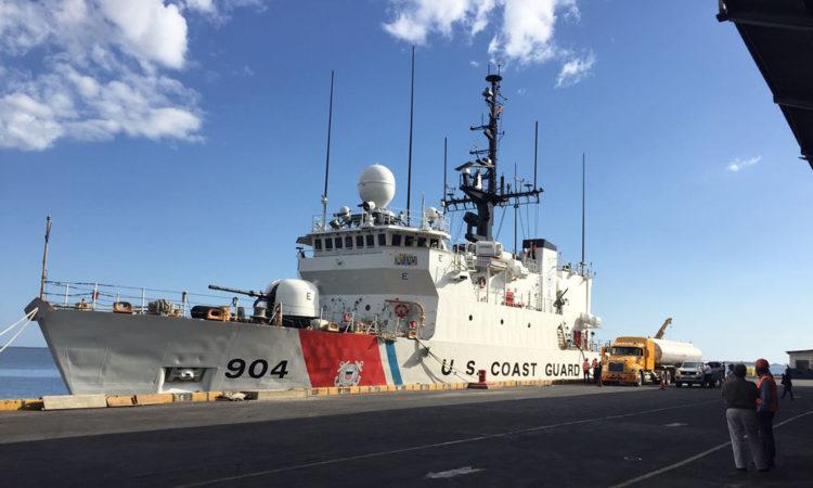 barco de la guardia costera de EEUU atracado
