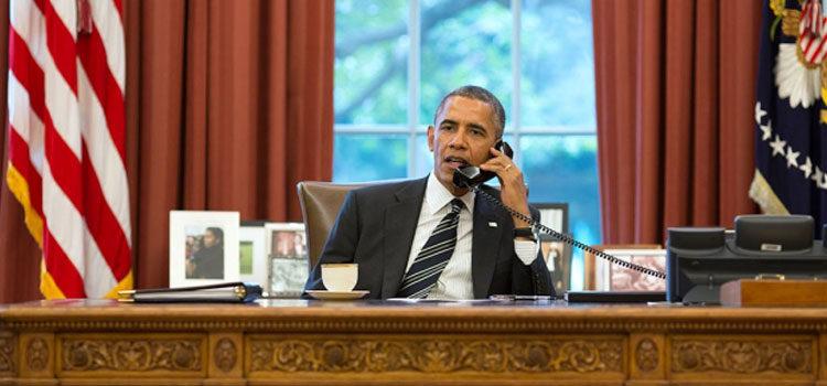El PResidente Barack Obama hablando por teléfono desde la Oficina Oval en la Casa Blanca. [Foto: Pete Souza]
