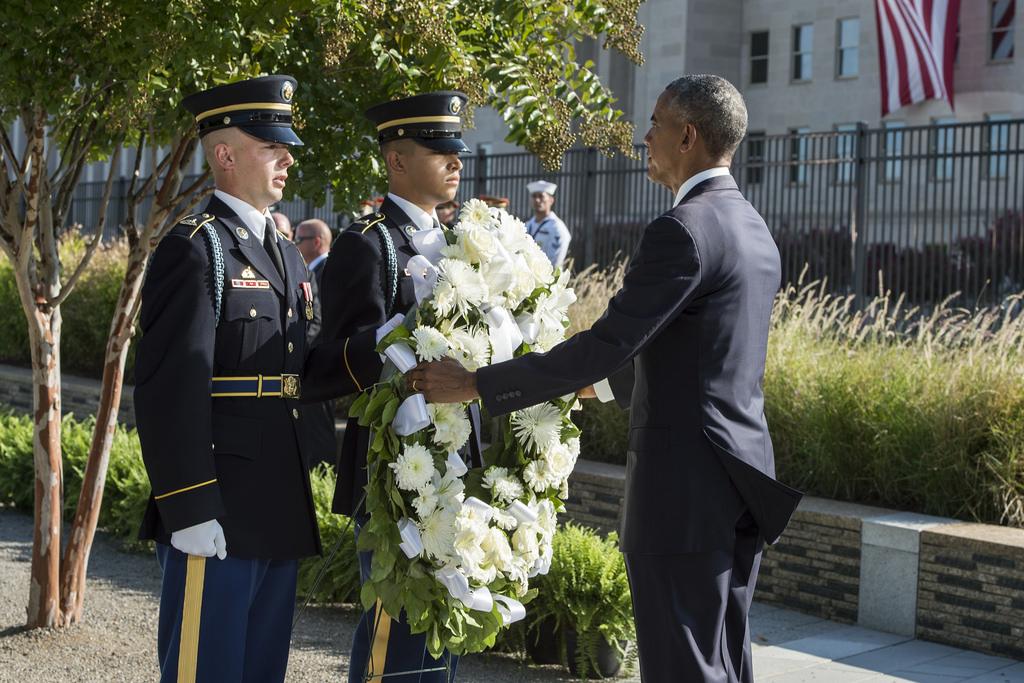 Barack Obama coloca ofrenda floral