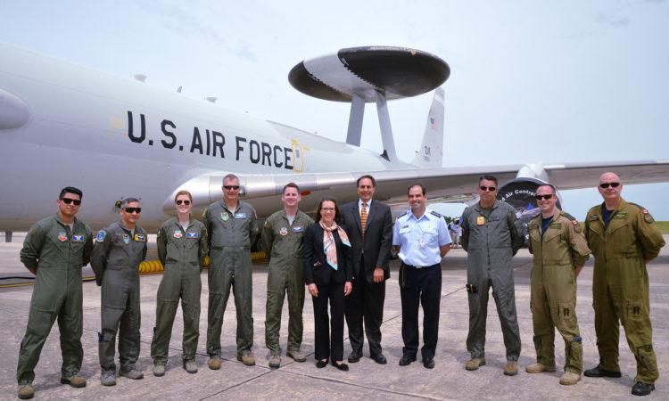 La Embajadora de los Estados Unidos en Uruguay, Kelly Keiderling, realizó una visita a uno de los AWACS y tuvo oportunidad de recorrerlo por dentro y conversar con los miembros de la tripulación.
